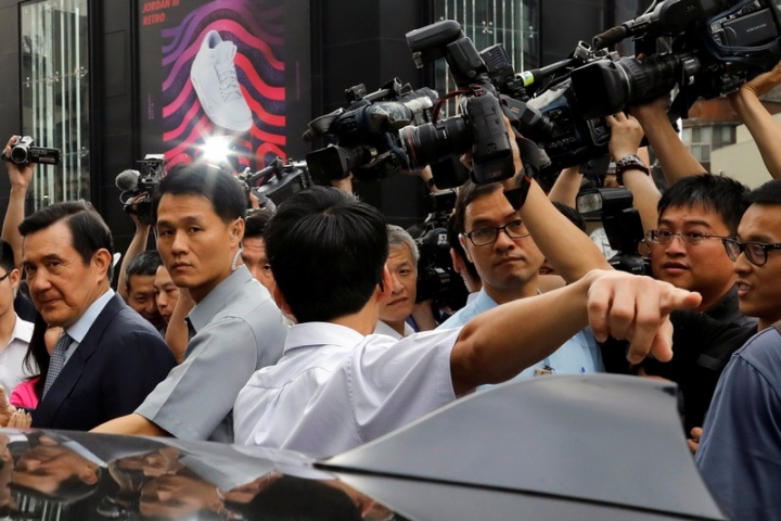 Former Taiwan President Ma Ying-jeou is surrounded by journalists as he leaves from an event in Taipei, Taiwan May 15, 2018. REUTERS/Tyrone Siu