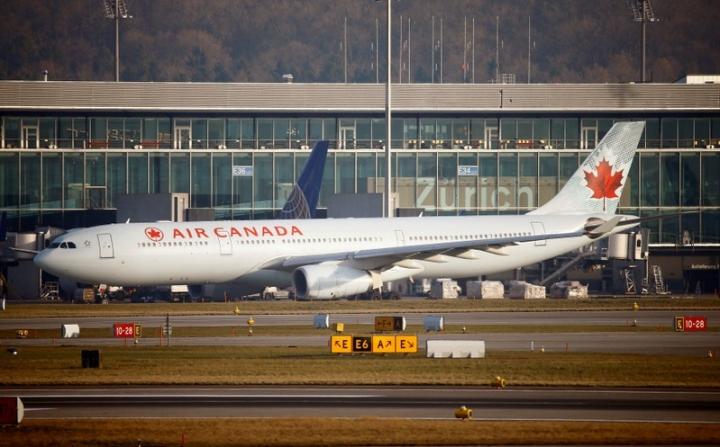 FILE PHOTO: An Air Canada Airbus A330-300 aircraft is seen at Zurich Airport January 9, 2018.   REUTERS/Arnd Wiegmann/File Photo