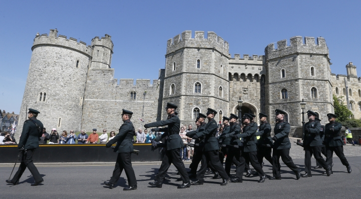 Soldiers march out of Windsor Castle for a guard change in Windsor, Tuesday, May 15, 2018. Preparations are being made in the town ahead of the wedding of Britain's Prince Harry and Meghan Markle that will take place in Windsor on Saturday May 19.(AP Photo/Frank Augstein)