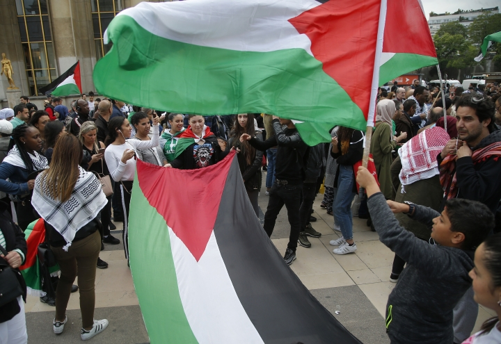 Demonstrators wave Palestinian flags as they stage a protest to condemn the Israeli fire along the Gaza Strip at Trocadero plaza in Paris, France, Wednesday, May 16, 2018. Hamas says that most protesters killed by Israeli fire were its members. (AP Photo/Michel Euler)