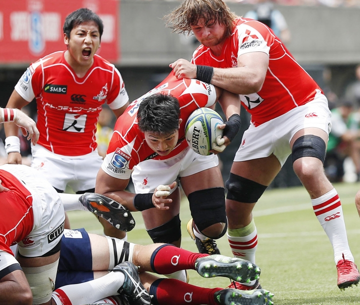 Sunwolves Kazuki Himeno, center, advances in the first half during their match against Reds in Tokyo Saturday, May 12, 2018. The Sunwolves won their first match of the season. (Takuya Inaba/Kyodo News via AP)