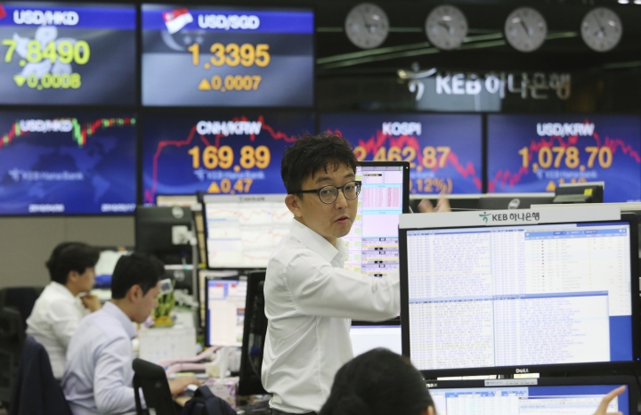 A currency trader works at the foreign exchange dealing room of the KEB Hana Bank headquarters in Seoul, South Korea, Thursday, May 17, 2018. Asian stocks were mixed on Thursday after strong factory data from the U.S. helped spur gains overnight on Wall Street. (AP Photo/Ahn Young-joon)