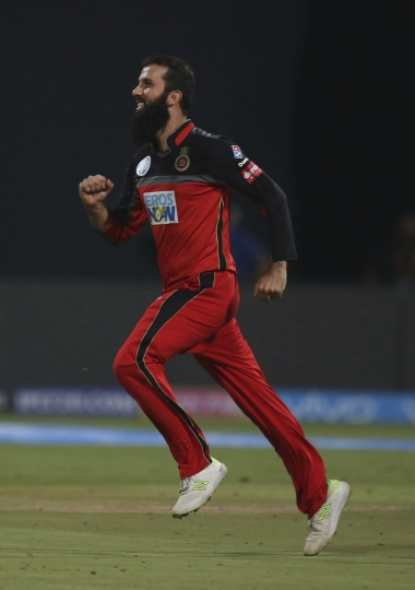 Royal Challengers Bangalore's Moeen Ali runs to celebrate the dismissal of Sunrisers Hyderabad batsman Alex Hales during the VIVO IPL Twenty20 cricket match in Bangalore, India, Thursday, May 17, 2018. (AP Photo/Aijaz Rahi)