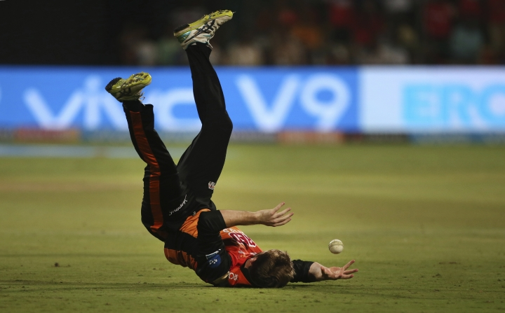 Sunrisers Hyderabad captain Kane Williamson drops the catch of Royal Challengers Bangalore batsman Colin de Grandhomme during the VIVO IPL Twenty20 cricket match in Bangalore, India, Thursday, May 17, 2018. (AP Photo/Aijaz Rahi)