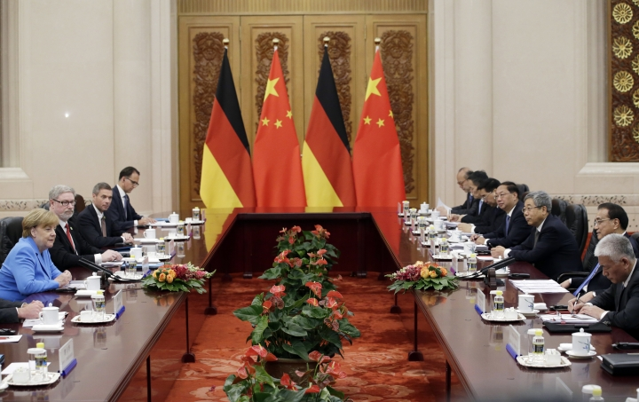 China's Premier Li Keqiang, second right, and German Chancellor Angela Merkel, left, attend a meeting at the Great Hall of the People in Beijing, Thursday, May 24, 2018. (Jason Lee/Pool Photo vi AP)