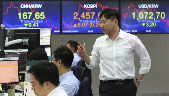 A currency trader works at the foreign exchange dealing room of the KEB Hana Bank headquarters in Seoul, South Korea, Monday, June 11, 2018. Asian markets were mixed Monday before President Donald Trump planned to meet North Korean leader Kim Jong Un and after his outburst at Canada's prime minister over trade. (AP Photo/Ahn Young-joon)