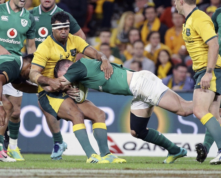 Robbie Henshaw of Ireland, right, tackles Kurtley Beale of Australia during the International rugby match between Australia and Ireland in Brisbane, Australia, Saturday, June 9, 2018. (AP Photo/Tertius Pickard)