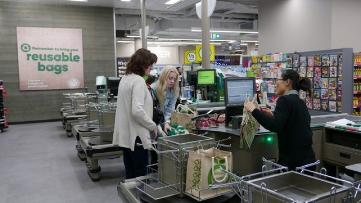 Shoppers check-out at a plastic bag-free Woolworths supermarket in Sydney, Australia, June 15, 2018.   REUTERS/Jill Gralow