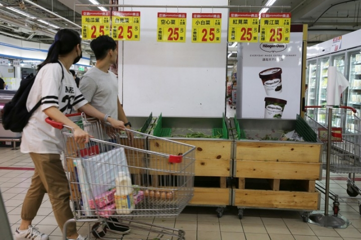 Vegetables are sold out at a supermarket, as residents brace themselves for super typhoon Maria in Keelung near Taipei, Taiwan , July 10, 2018.  REUTERS/Eason Lam