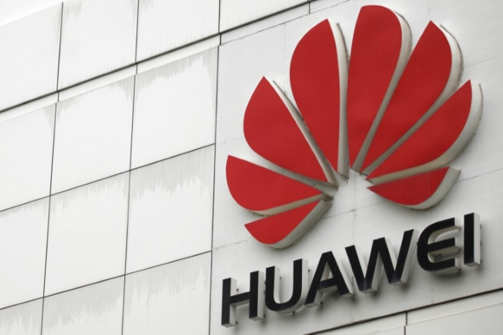 FILE PHOTO: The logo of the Huawei Technologies Co. Ltd. is seen outside its headquarters in Shenzhen, Guangdong province, April 17, 2012.  REUTERS/Tyrone Siu/File Photo