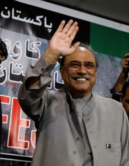 FILE PHOTO: Asif Ali Zardari, former president of Pakistan and co-chairman of Pakistan People's Party (PPP), gestures during a news conference to unveil party's manifesto for the upcoming general election, in Islamabad, Pakistan June 28, 2018. REUTERS/Faisal Mahmood