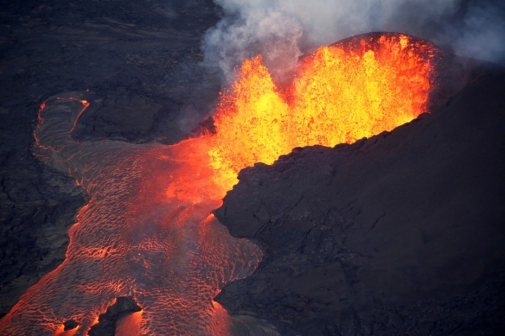 FILE PHOTO: Lava erupts in Leilani Estates during ongoing eruptions of the Kilauea Volcano in Hawaii, U.S., June 5, 2018.  REUTERS/Terray Sylvester/File Photo