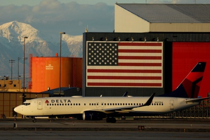FILE PHOTO: A Delta Air Lines Boeing 737-800 plane arrives in Salt Lake City, Utah, U.S., January 12, 2018.  REUTERS/Mike Blake/File Photo