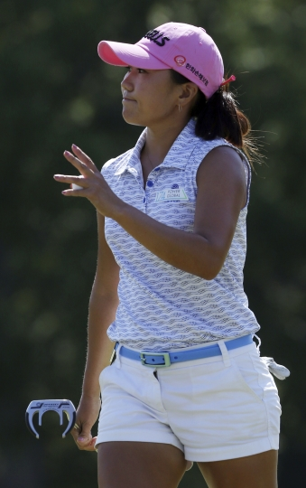 In-Kyung Kim of South Korea waves to the crowd after sinking her putt the 18th hole during the first round of the LPGA Marathon Classic golf tournament, Thursday, July 12, 2018, at Highland Meadows Golf Club in Sylvania, Ohio. (Katie Rausch/The Blade via AP)