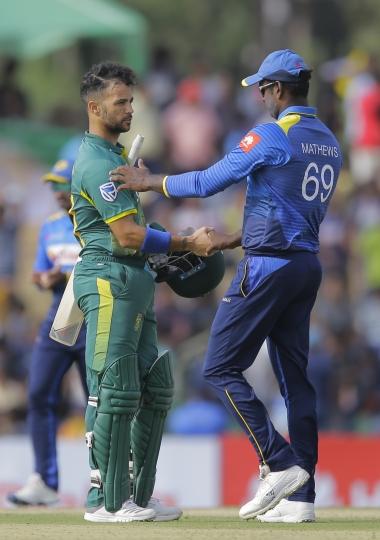 Sri Lankan captain Angelo Mathews, right, congratulates South Africa's Jean-Paul Duminy following South Africa's victory over Sri Lanka by five wickets in the first one day international cricket match in Dambulla, Sri Lanka, Sunday, July 29, 2018. (AP Photo/Eranga Jayawardena)