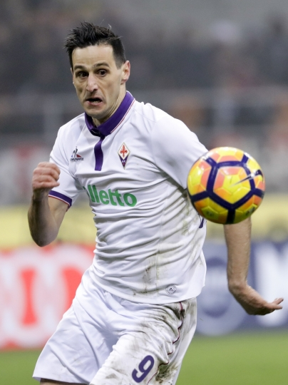 FILE - In this Sunday, Feb. 19, 2017 file photo, Fiorentina's Nikola Kalinic keeps his eyes on the ball during a Serie A soccer match at the San Siro stadium in Milan, Italy. Atletico Madrid has signed, Thursday, Aug. 9, 2018, a three-year deal with Croatia forward Nikola Kalinic from AC Milan. (AP Photo/Antonio Calanni, Files)