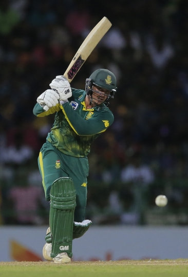 South Africa's Quinton de Kock plays a shot against Sri Lanka during their fifth one-day international cricket match in Colombo, Sri Lanka, Sunday, Aug. 12, 2018. (AP Photo/Eranga Jayawardena)