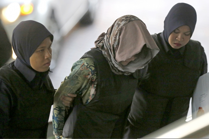 Vietnamese Doan Thi Huong, center, is escorted by police as she arrives for a court hearing at Shah Alam High Court in Kuala Lumpur, Malaysia, Thursday, Aug. 16, 2018. Malaysian court will rule on Thursday whether the two women, Doan and Indonesia's Siti Aisyah, will be acquitted or call their defense, for the brazen assassination of North Korea leader's half brother, Kim Jong Nam. (AP Photo/Yam G-Jun)
