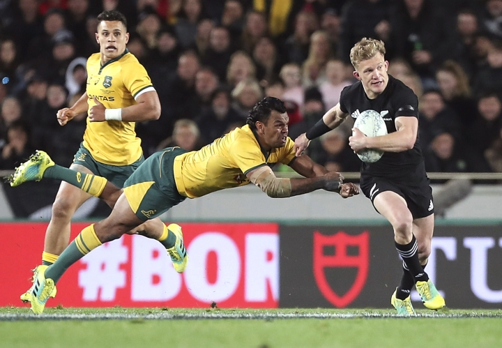 Australia's Curtly Beale tries to tackle New Zealand's Damian McKenzie in the Bledisloe Cup rugby test match at Eden Park in Auckland, New Zealand, Saturday Aug. 25, 2018. (AP Photo/David Rowland)