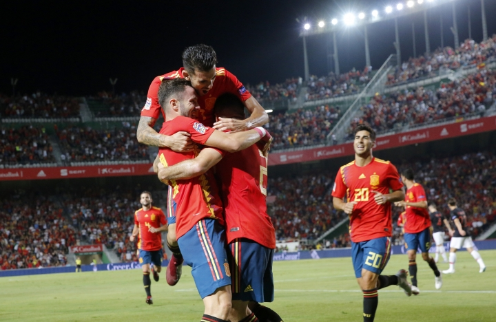 Spain's Saul Niguez, front left, celebrates with teammates after scoring his side's opening goal during the UEFA Nations League soccer match between Spain and Croatia at the Manuel Martinez Valero stadium in Elche, Spain, Tuesday Sept. 11, 2018. (AP Photo/Alberto Saiz)