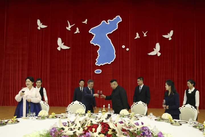 North Korean leader Kim Jong-un, center right, toasts with South Korean president Moon Jae-in during a welcome banquet in Pyongyang, North Korea, Tuesday, Sept. 18, 2018. (Pyongyang Press Corps Pool via AP)