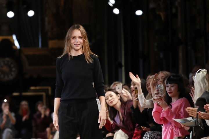 Stella McCartney accepts applauses after the presentation of her ready-to-wear spring/summer 2019 fashion collection in Paris, Monday, Oct.1, 2018. (AP Photo/Christophe Ena)