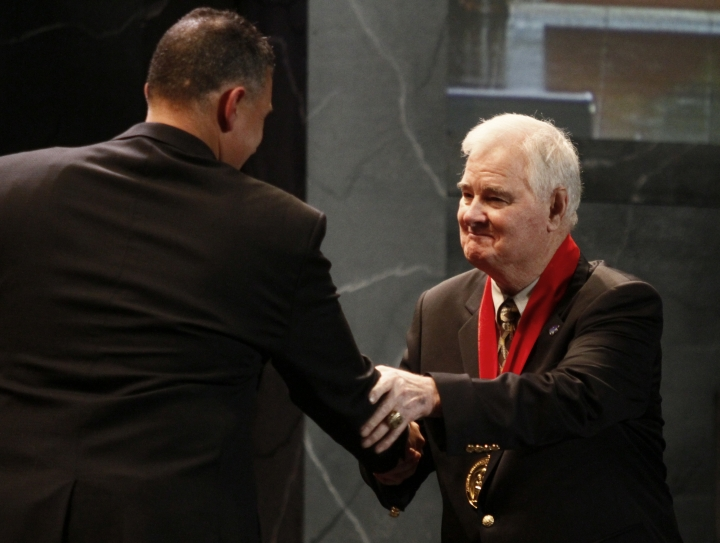 """FILE - In this Nov. 21, 2010, file photo, former Kansas State basketball coach Tex Winter, right, shakes hands with Kansas State coach Frank Martin during the former's induction into the National Collegiate Basketball Hall of Fame in Kansas City, Mo. Winter, the innovative """"Triangle Offense"""" pioneer who assisted Phil Jackson on 11 NBA championship teams with the Chicago Bulls and the Los Angeles Lakers, has died. He was 96. Kansas State University said Winter died Wednesday, Oct. 10, 2018, in Manhattan, Kan. (AP Photo/Ed Zurga, File)"""
