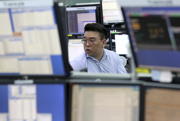 A currency trader works at the foreign exchange dealing room of the KEB Hana Bank headquarters in Seoul, South Korea, Wednesday, Oct. 17, 2018. Asian markets rose on Wednesday, bolstered by robust U.S. corporate earnings and encouraging. (AP Photo/Ahn Young-joon)