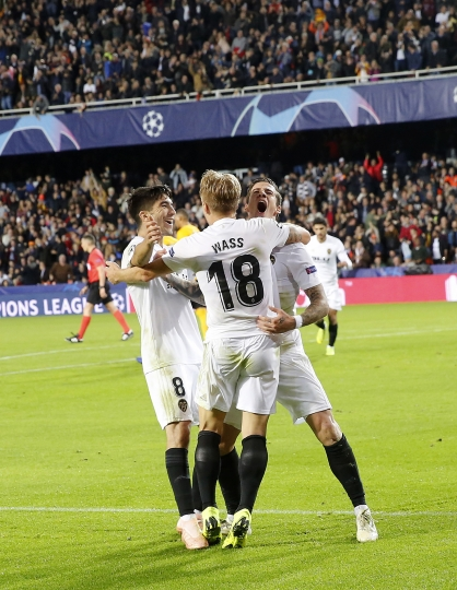 Valencia forward Santi Mina celebrates, his second goal, after scoring against Young Boys during a Group H Champions League soccer match between Valencia and Young Boys at the Mestalla Stadium in Valencia, Spain, Wednesday Nov. 7, 2018. (AP Photo/Alberto Saiz)