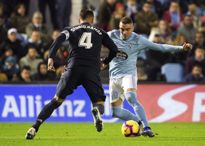 RC Celta's Iago Aspas, right, challenges for the ball with Real Madrid's Sergio Ramos during a Spanish La Liga soccer match between RC Celta and Real Madrid at the Balaidos stadium in Vigo, Spain, Sunday, Nov. 11, 2018. (AP Photo/Lalo R. Villar)