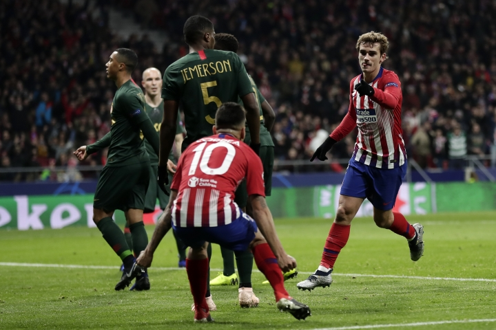 Atletico forward Antoine Griezmann, right, reacts after scoring his side's second goal during a Group A Champions League soccer match between Atletico Madrid and Monaco at the Metropolitano stadium in Madrid, Wednesday, Nov. 28, 2018. (AP Photo/Manu Fernandez)