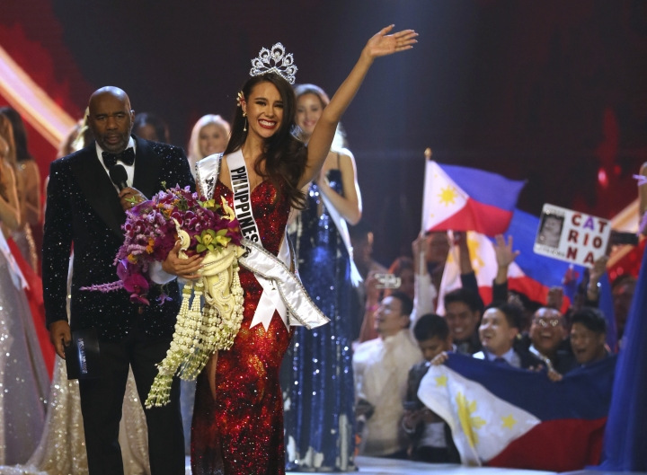 Catriona Gray of the Philippines waves to the audience after being crowned the new Miss Universe 2018 during the final round of the 67th Miss Universe competition in Bangkok, Thailand, Monday, Dec. 17, 2018.(AP Photo/Gemunu Amarasinghe)