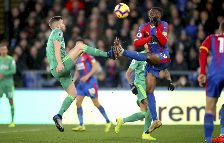 Watford's Tom Cleverley, left, and Crystal Palace's Aaron Wan-Bissaka battle for the ball during the English Premier League soccer match between Crystal Palace and Watford Town at the Selhurst Park stadium, London. Saturday, Jan. 12, 2019 (John Walton/PA via AP)