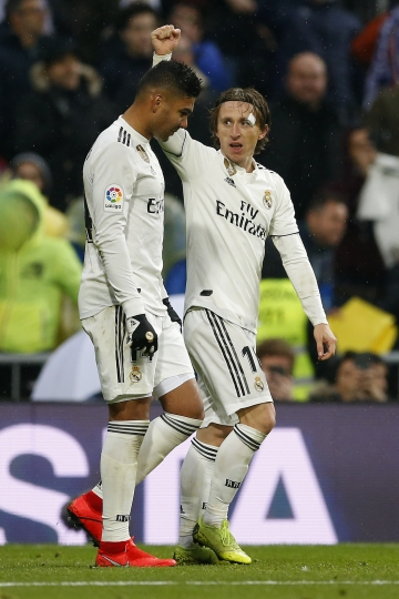 Real Madrid's Luka Modric, right, celebrates his goal with his teammate Casemiro during the La Liga soccer match between Real Madrid and Sevilla at the Bernabeu stadium in Madrid, Spain, Saturday, Jan. 19, 2019. (AP Photo/Andrea Comas)