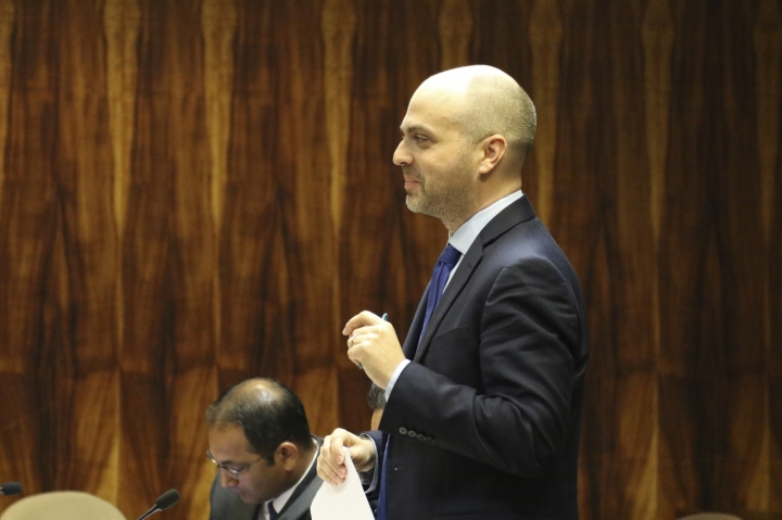 Airbnb attorney Jacob Sommer speaks during a hearing on the company's vacation rentals in Hawaii, Thursday, Feb. 7, 2019 in Honolulu. First Circuit Court Judge James Ashford denied Hawaii's move to compel Airbnb to hand over a decade of vacation rental receipts as the state examines whether hosts have been paying the equivalent of hotel and sales taxes. (AP Photo/Audrey McAvoy)