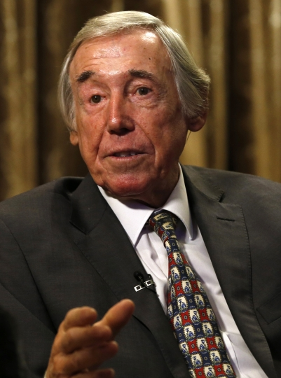 FILE - In this Tuesday, Jan. 5, 2016 file photo former England goalkeeper Gordon Banks talks to the media at the Royal garden Hotel in London. English soccer club Stoke said Tuesday Feb. 12, 2019 that World Cup-winning England goalkeeper Gordon Banks has died at 81. (AP Photo/Alastair Grant, File)