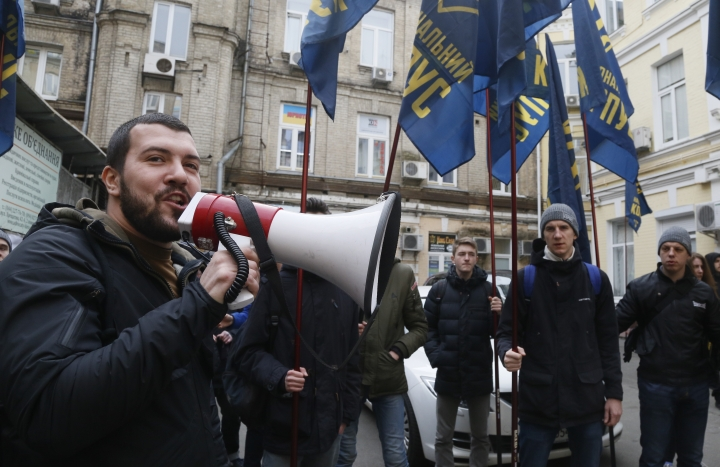 Volunteers with the right-wing paramilitary Azov National Corps attend a rally in front of the office of the city court in Kiev, Ukraine, Thursday, Feb. 28, 2019. President of Ukraine Petro Poroshenko suspended from office Oleh Hladkovsky, First Deputy Secretary of the National Security and Defense Council, pending the probe following a journalistic investigative report on corruption.(AP Photo/Efrem Lukatsky)