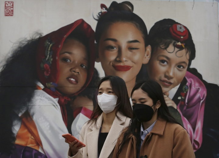 Women wearing masks to protect from air pollution walk in Seoul, South Korea, Wednesday, March 6, 2019. South Korean President Moon Jae-in has proposed a joint project with China to use artificial rain to clean the air in Seoul, where an acute increase in pollution has caused alarm. (AP Photo/Ahn Young-joon)
