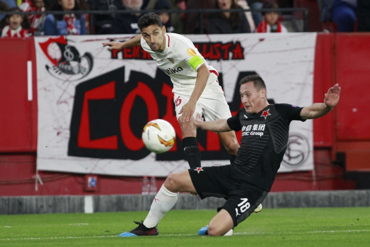 Sevilla's Jesus Navas, left, fights for the ball with Slavia's Jan Boril, right, during the Europa League round of 16 second leg soccer match between Sevilla and Slavia Praha at the Sanchez Pizjuan stadium, in Seville, Spain, Thursday, March 7, 2019. (AP Photo/Miguel Morenatti)