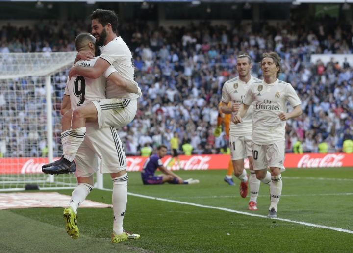 Real Madrid's Isco second from left, celebrates with his teammate Karim Benzema after scoring during a Spanish La Liga soccer match between Real Madrid and Celta at the Santiago Bernabeu stadium in Madrid, Spain, Saturday, March 16, 2019.(AP Photo/Paul White)