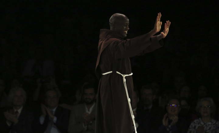 Kenyan teacher Peter Tabichi walks on stage before winning the $1 million Global Teacher Prize in Dubai, United Arab Emirates, Sunday, March 24, 2019. Tabichi is a science teacher who gives away 80 percent of his income to the poor in the remote Kenyan village of Pwani. (AP Photo/Jon Gambrell)