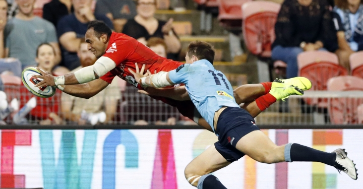 Semisi Masirewa, left, of Sunwolves scores a try during the Round 7 Super Rugby match against the New South Wales Waratahs in Newcastle, Australia Friday, March 29, 2019 (Naoya Osato/Kyodo News via AP)