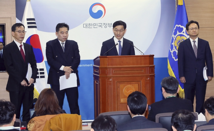 """Yoon Chang-yul, second from right, a senior official at the Prime Minister's Office, announces the government's stance on the World Trade Organization's ruling in favor of South Korea 's import ban on Japanese seafood at the government complex in Sejong, South Korea, Friday, April 12, 2019. South Korea on Friday welcomed the decision and said it will continue to block all fishery products from Fukushima and seven neighboring prefectures to ensure """"only foods that are confirmed as safe are put on the table. (Jin Sung-chul/Yonhap via AP)"""