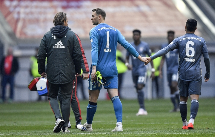 Bayern goalkeeper Manuel Neuer, center, leaves the pitch injured during the German Bundesliga soccer match between Fortuna Duesseldorf and Bayern Munich in Duesseldorf, Germany, Sunday April 14, 2019. (AP Photo/Martin Meissner)