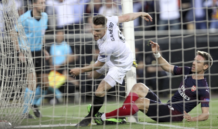Valencia forward Kevin Gameiro scores his side's opening goal during the Europa League semifinal soccer match, second leg, between Valencia and Arsenal at the Camp de Mestalla stadium in Valencia, Spain, Thursday, May 9, 2019. (AP Photo/Alberto Saiz)