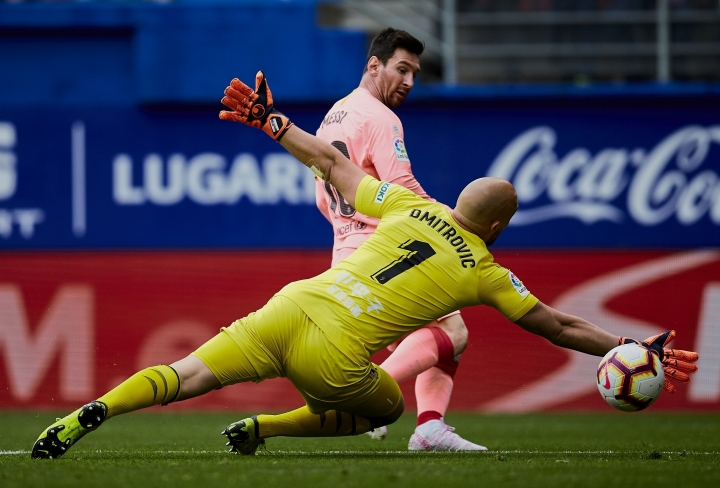 Barcelona's Lionel Messi shoots to score in front Eibar's goalkeeper Marko Dmitrovic during a Spanish La Liga soccer match at the Ipurua stadium, in Eibar, northern Spain, Sunday, May 19, 2019. (AP Photo/Ion Alcoba)