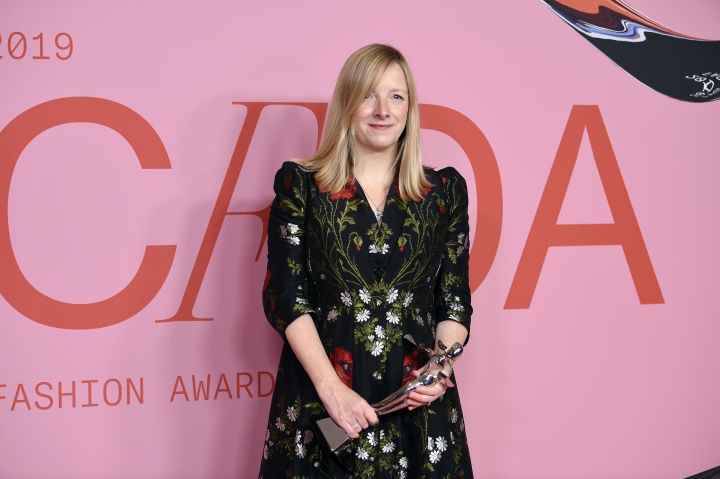 Honoree Sarah Burton poses in the winner's walk with the Valentino Garavani and Giancarlo Giammetti International Award at the CFDA Fashion Awards at the Brooklyn Museum on Monday, June 3, 2019, in New York. (Photo by Evan Agostini/Invision/AP)