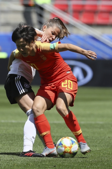 China's Zhang Rui, right, and Germany's Melanie Leupolz vie for the ball during the Women's World Cup Group B soccer match between Germany and China, at the Roazhon Park stadium, in Rennes, France, Saturday, June 8, 2019. (AP Photo/David Vincent)