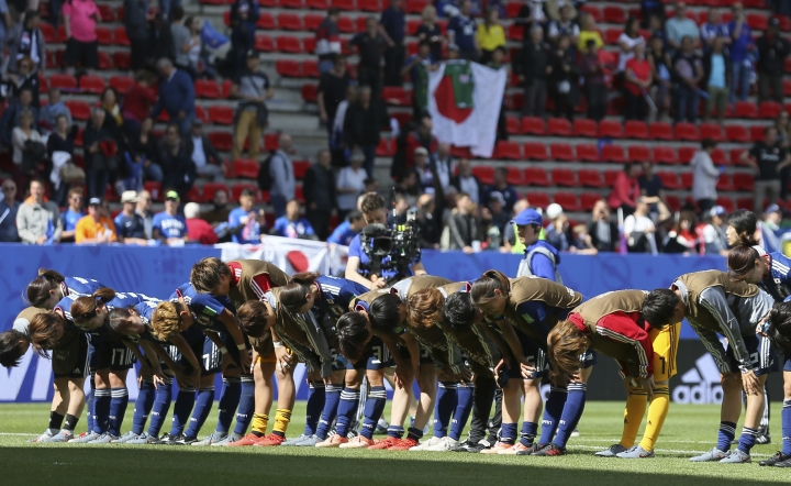 Japan's players bow after winning their Women's World Cup Group D soccer match between Japan and Scotland at the Roazhon Park in Rennes, France, Friday, June 14, 2019. (AP Photo/David Vincent)