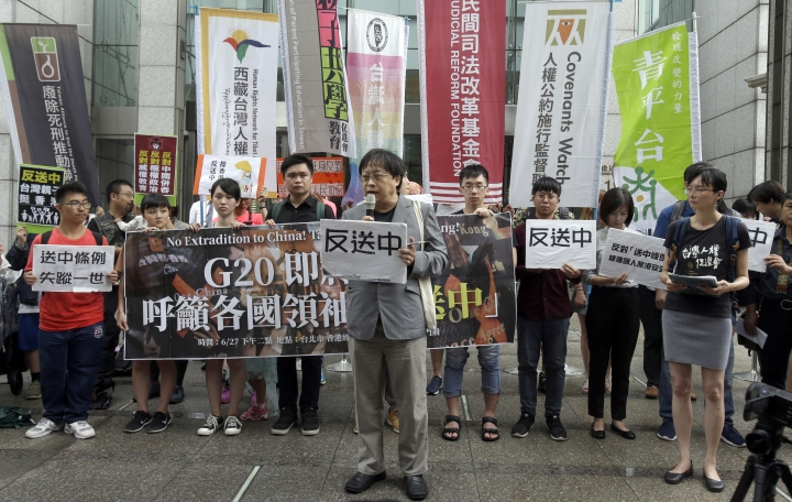 "Taiwanese protesters hold slogans reading ""No extradition to China"" during a rally to oppose Hong Kong's contentious extradition bill ahead of the G-20 summit in Osaka, Japan, in front of Hong Kong Economic, Trade and Culture Office in Taipei, Taiwan, Thursday, June 27, 2019. (AP Photo/Chiang Ying-ying)"